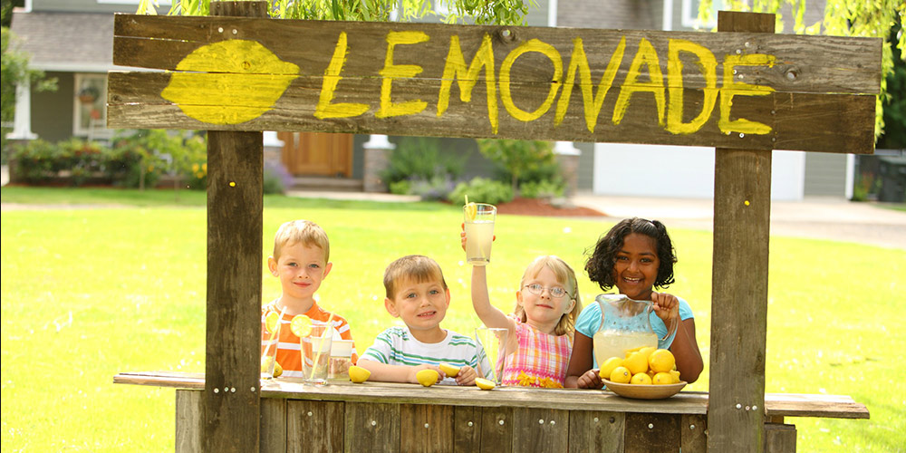 Kids with lemonade stand